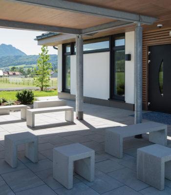 Garten der Rose - gepflasterter Innenhof mit Blumen und Bergblick